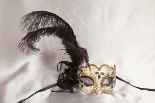 Side feather masquerade mask - Iris Piuma Gold in black