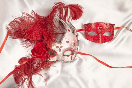 Red complimenting masquerade masks - Cigno Tomboy Silver