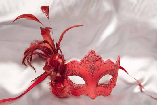 Plain red feathered mask - Daniela