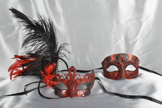 Pair of red and black Venetian masks with feathers - Tomboy Vanity