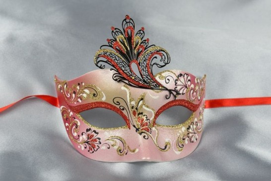 Red Tagliata Fiore Medio - Sweetheart Shaped Mask with Filigree Wing