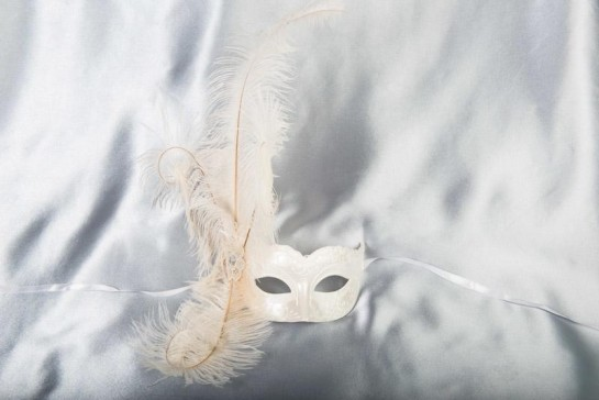 Sweetheart side feather masquerade ball mask in white