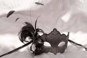 side feather masquerade mask in black