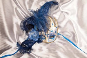 Luxury feathered masquerade mask for women - blue